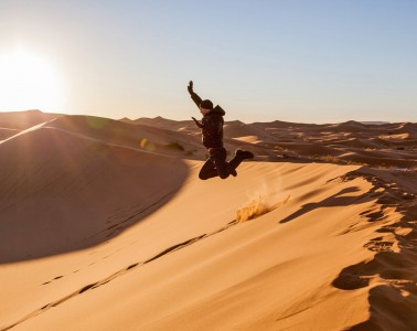 Sprung in den Sanddünen der Erg Chebbi