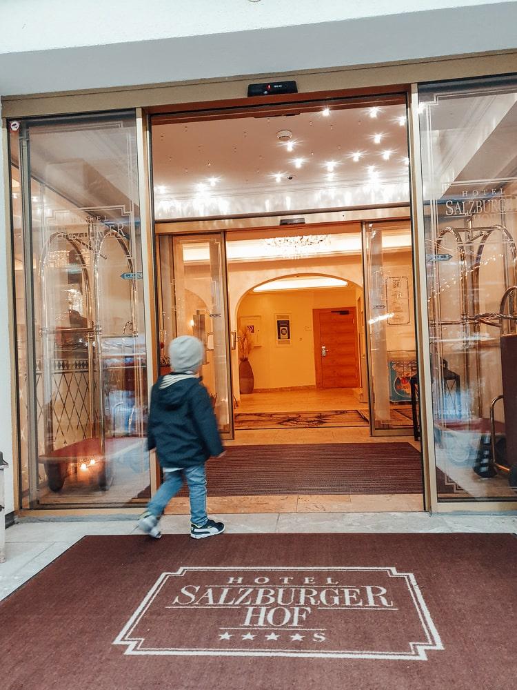 Yann spaziert in den Salzburger Hof