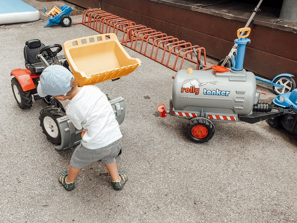 Yann beim Traktor
